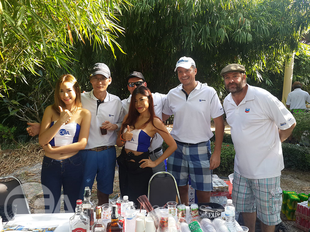 Golfers and CEA models pose for a photo