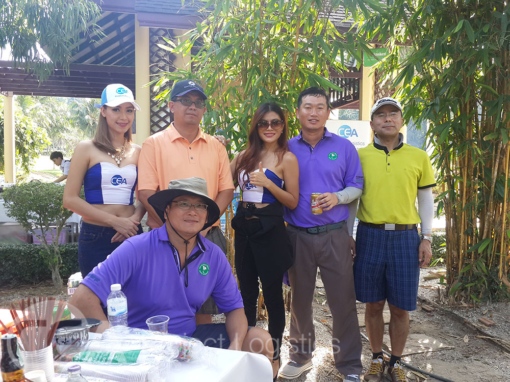Golfers pose for photo with CEA models