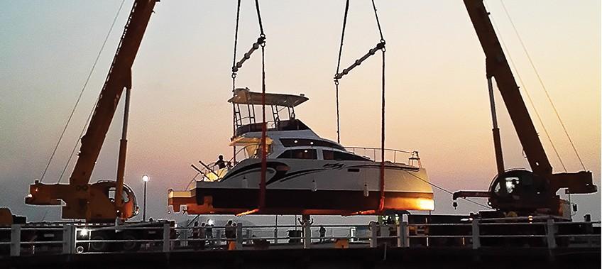 CEA perform a Heavy Lift of a catamaran at ocean marina with 2 cranes