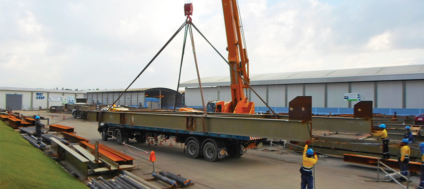 Steel struts being lifted on to CEA trauck and trailer