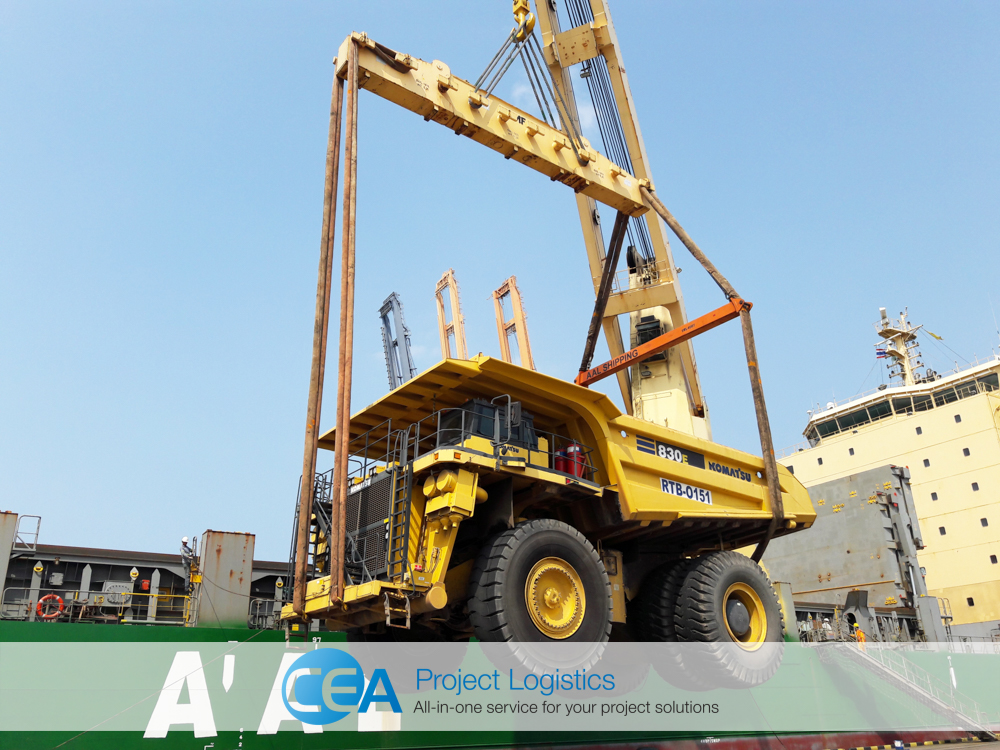 Komatsu being lifted at Laem Chabang port