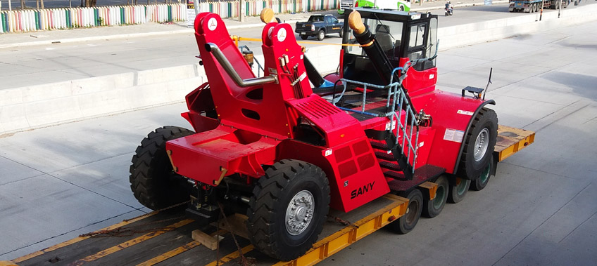 Red Reach stacker in transit - Transportation to Laem Chabang - CEA Project Logistics